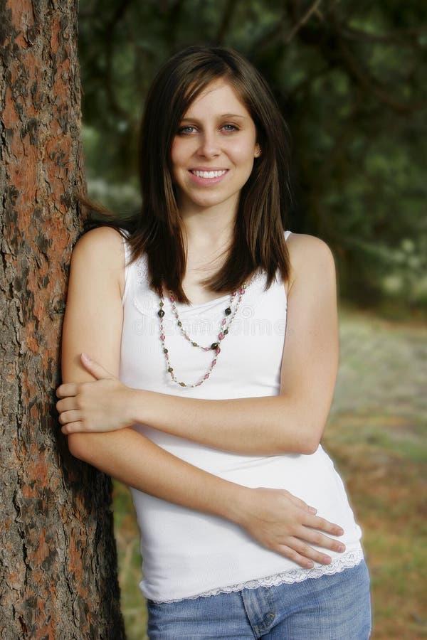 Het aantrekkelijke Jonge Glimlachen van de Vrouw stock fotografie