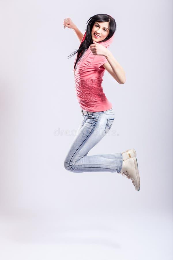 Het aantrekkelijke jonge meisje springen stock foto's