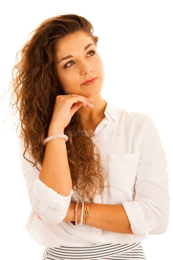 Het aantrekkelijke jonge peinzende bedrijfsvrouw glimlachen geïsoleerd over wh royalty-vrije stock afbeelding