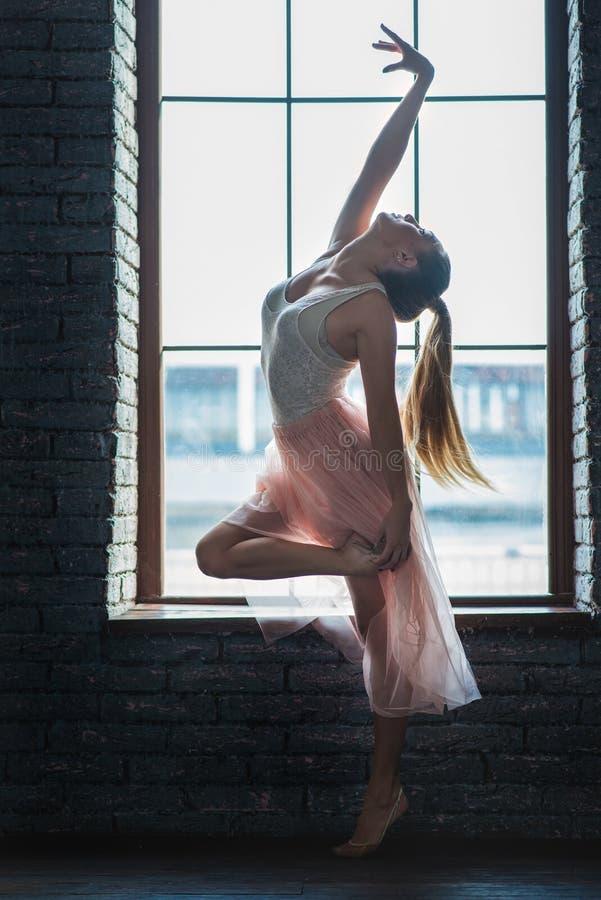 Het aantrekkelijke jonge vrouw dansen stock foto's