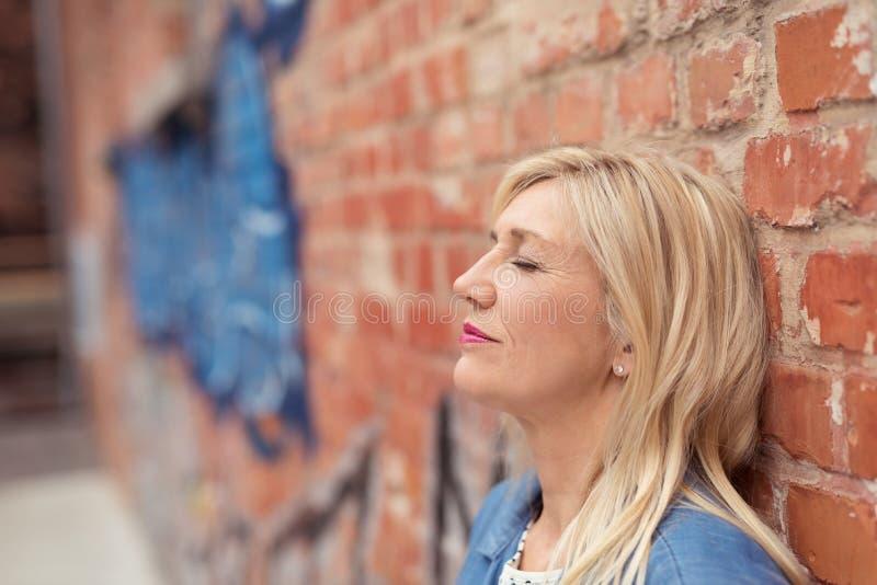 Het aantrekkelijke jonge vrouw ontspannen stock foto