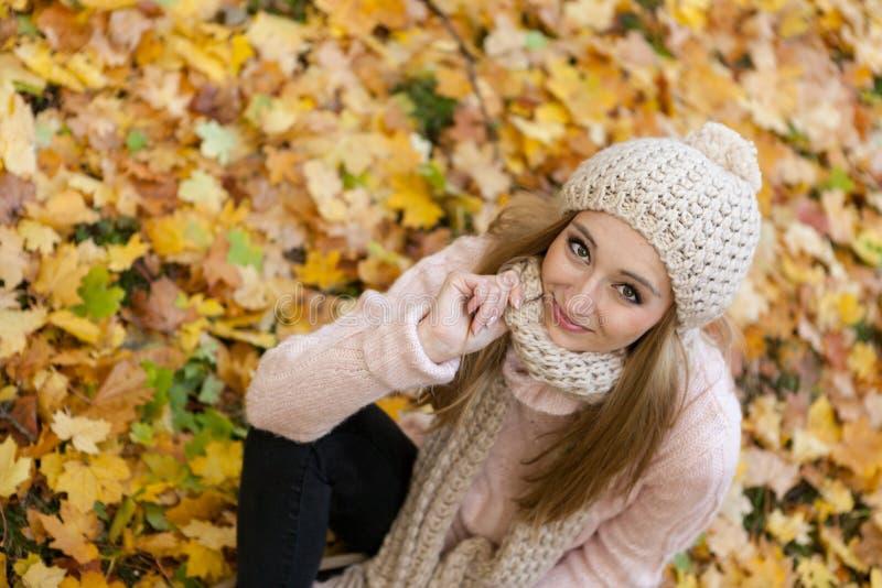 Het aantrekkelijke jonge vrouw ontspannen in atumnpark openlucht royalty-vrije stock foto