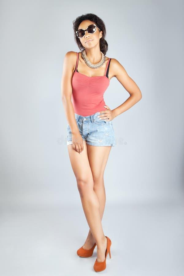Het aantrekkelijke jonge vrouw stellen in studio royalty-vrije stock foto