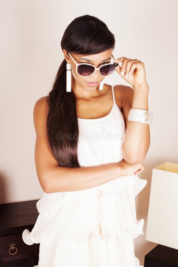 Het aantrekkelijke jonge vrouw stellen in studio stock foto's