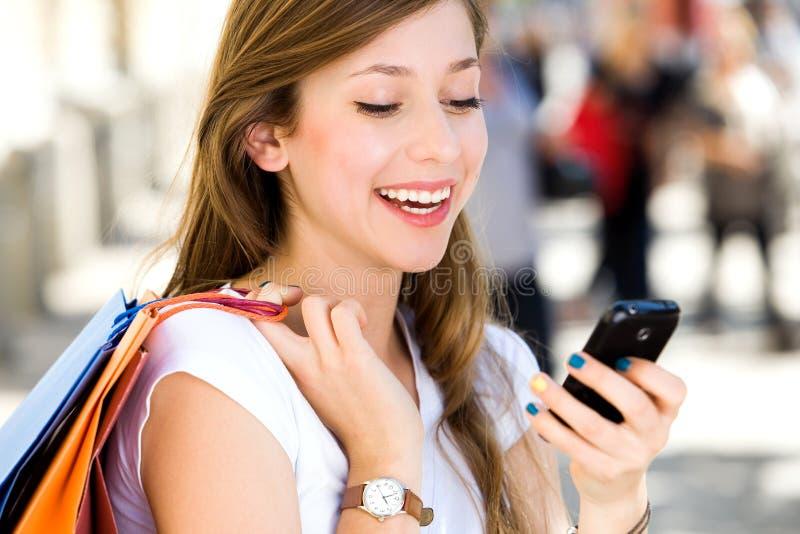 Het aantrekkelijke jonge vrouw winkelen stock foto's