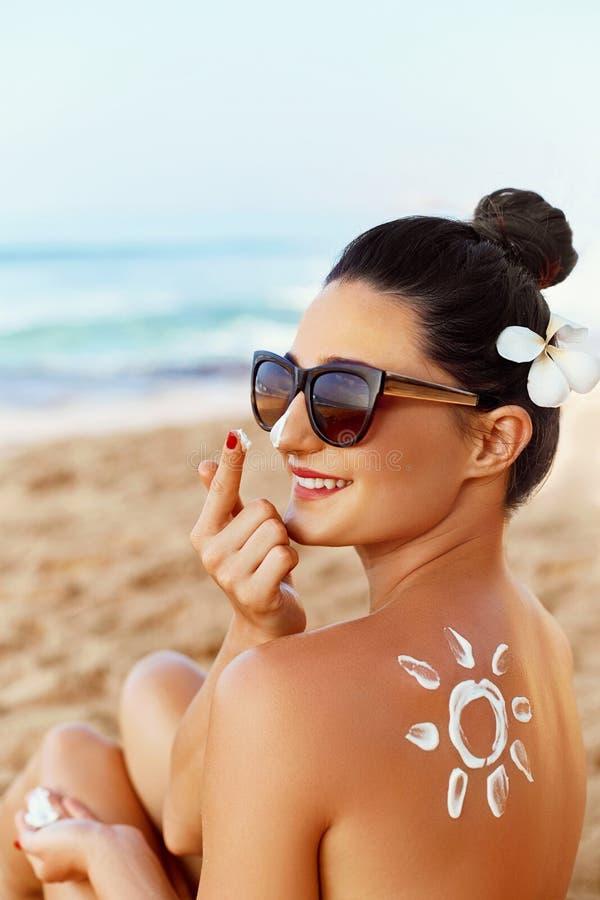 Het aantrekkelijke jonge vrouwenreiziger gebruiken skincare sunblock roomt voor zonbescherming af op levensstijl van het de zomer royalty-vrije stock foto