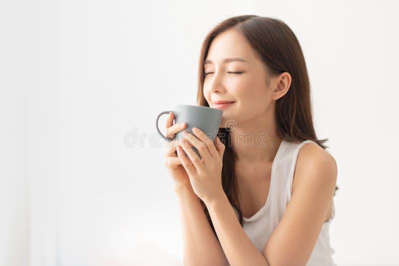Het aantrekkelijke meisje houdt een grijze mok royalty-vrije stock afbeelding