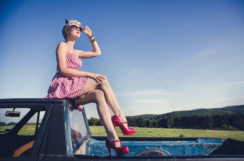 Het aantrekkelijke meisje stellen stock afbeeldingen