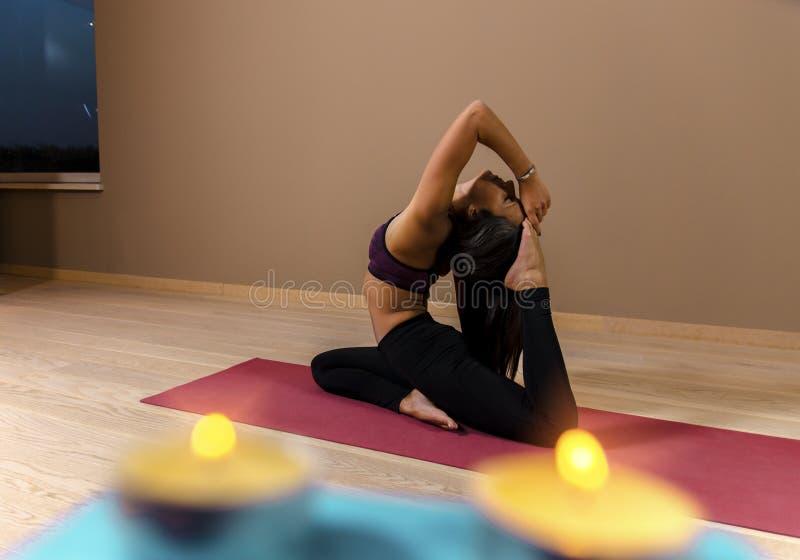 Het aantrekkelijke meisje in yoga stelt royalty-vrije stock afbeelding