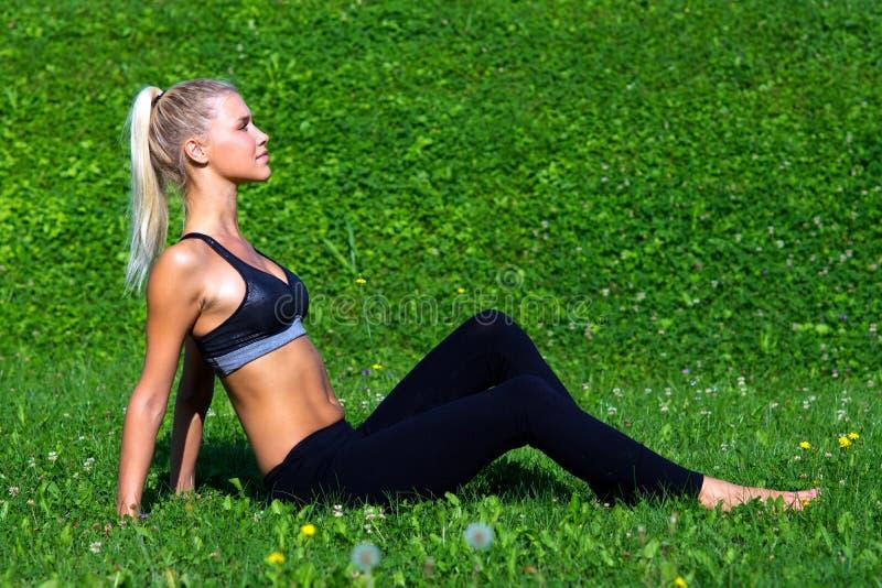 Het aantrekkelijke meisjesatleet ontspannen stock foto