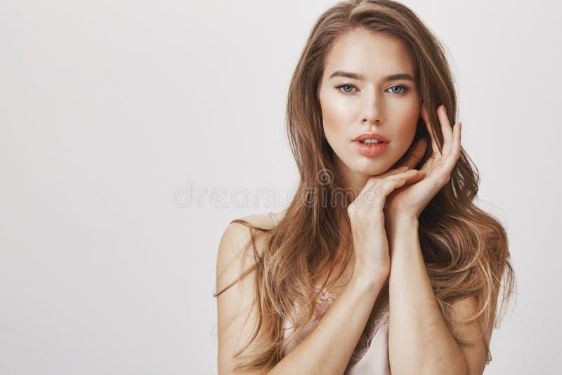 Het aantrekkelijke model kent alles over schoonheid en sensualiteit Portret van de vrouwelijke handen van de rijke vrouwholding b royalty-vrije stock afbeelding