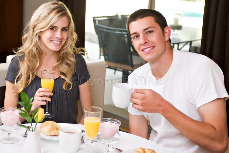 Het aantrekkelijke paar eet ontbijt royalty-vrije stock fotografie