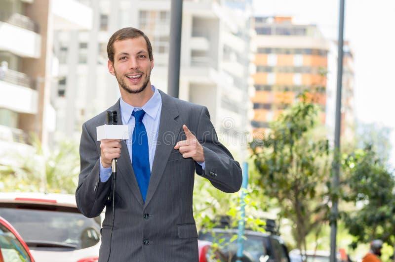 Het aantrekkelijke professionele mannelijke nieuwsverslaggever dragen royalty-vrije stock afbeelding
