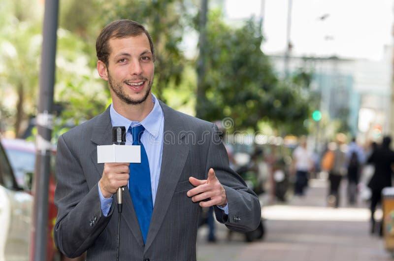 Het aantrekkelijke professionele mannelijke nieuwsverslaggever dragen stock afbeeldingen