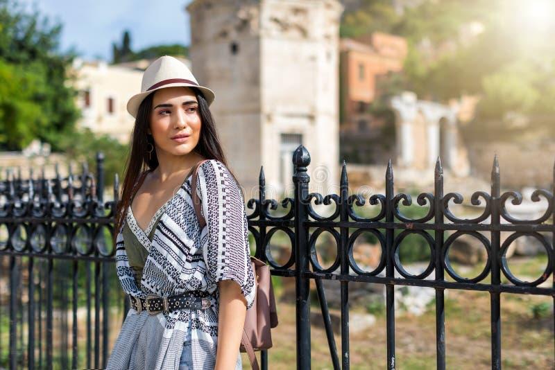 Het aantrekkelijke reizigersmeisje doet sightseeing in de stad van Athene, Griekenland royalty-vrije stock fotografie