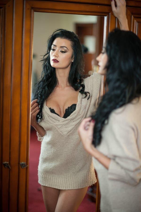 Het aantrekkelijke sexy donkerbruine halve naakte provocatively stellen Portret van sensuele vrouw in klassieke boudoirscène Lang royalty-vrije stock foto's
