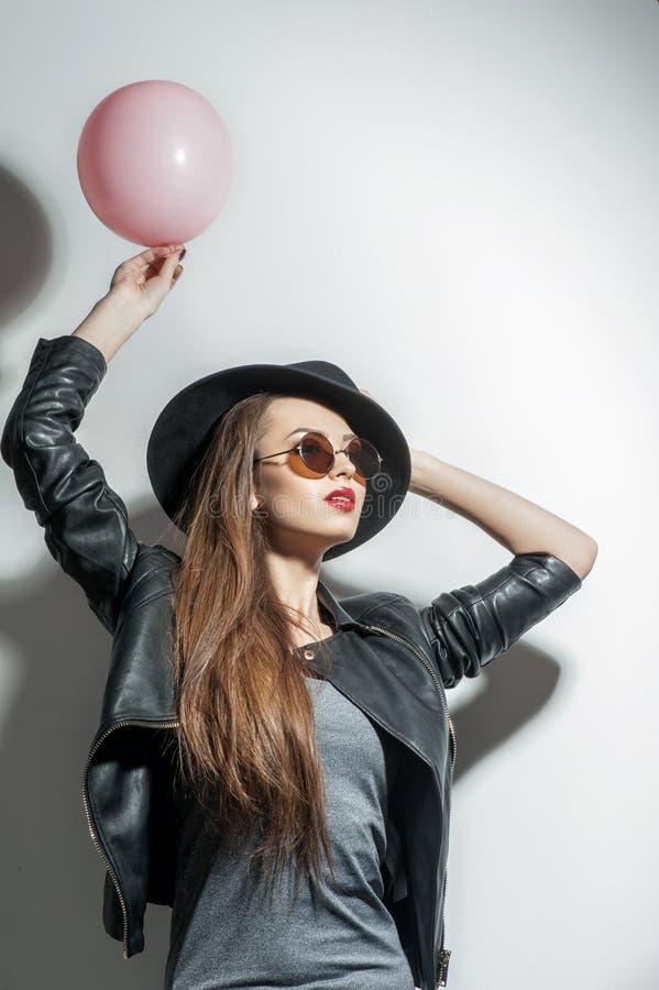 Het aantrekkelijke sexy meisje stelt met vreugde stock foto's