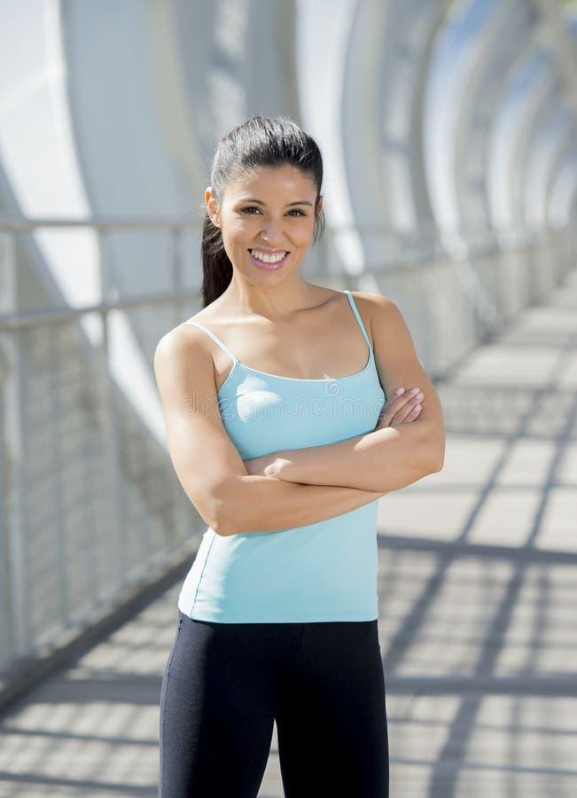 Het aantrekkelijke Spaanse vrouw gelukkige glimlachen vrolijk op de stedelijke brug van de metaalstad royalty-vrije stock afbeelding
