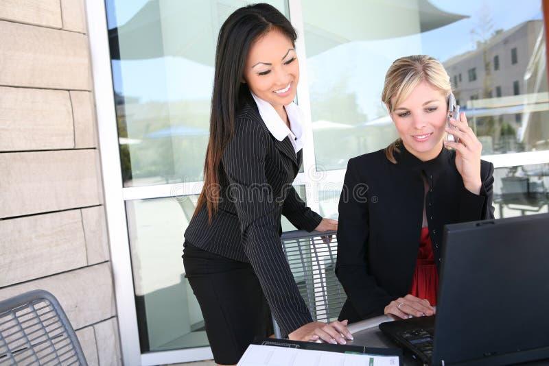 Het aantrekkelijke Team Bedrijfs van de Vrouw op Computer royalty-vrije stock foto