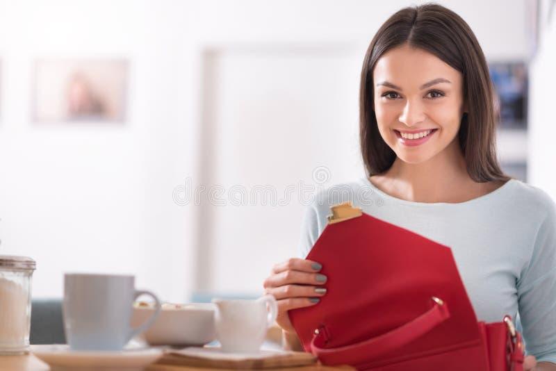 Het aantrekkelijke vrolijke vrouw ontspannen in een koffiewinkel royalty-vrije stock fotografie
