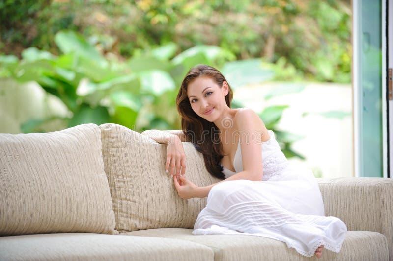 Het aantrekkelijke vrouw glimlachen stock fotografie