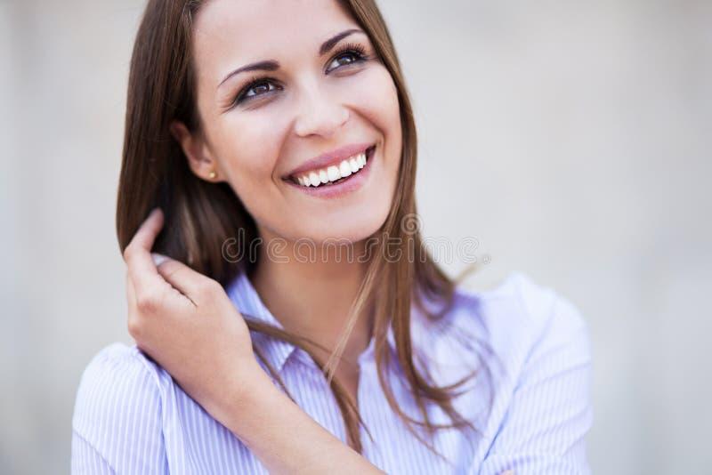 Het aantrekkelijke vrouw glimlachen royalty-vrije stock afbeelding
