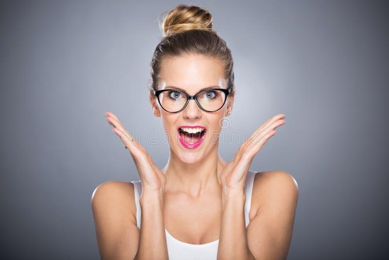 Het aantrekkelijke Vrouw Glimlachen stock foto
