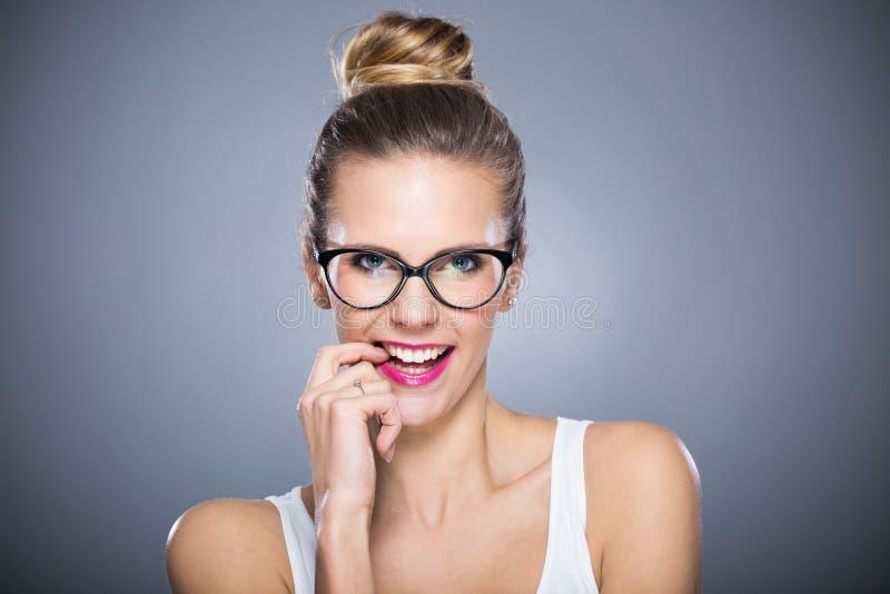 Het aantrekkelijke Vrouw Glimlachen stock afbeelding