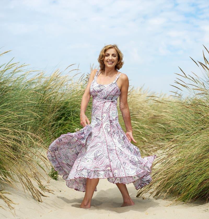 Het aantrekkelijke vrouwelijke dansen bij het strand royalty-vrije stock afbeelding