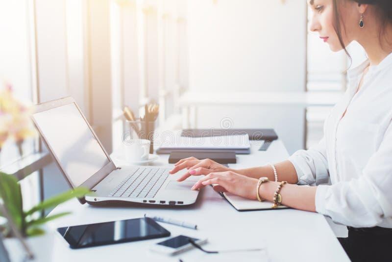 Het aantrekkelijke vrouwelijke hulp werken, het typen, die draagbare computer met behulp van, concentreerde zich, bekijkend de mo royalty-vrije stock foto's