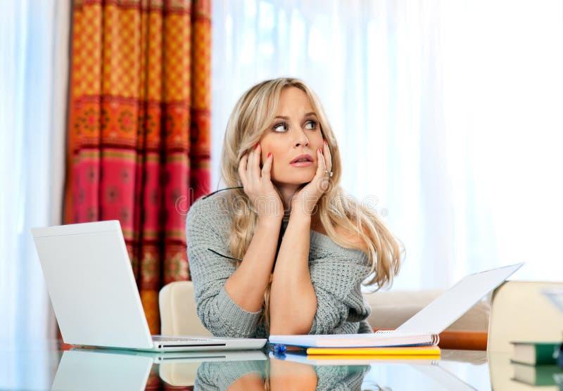 Het aantrekkelijke vrouwenschrijver denken stock afbeelding