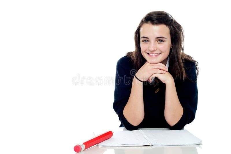 Het aantrekkelijke zekere jonge schoolmeisje stellen stock fotografie