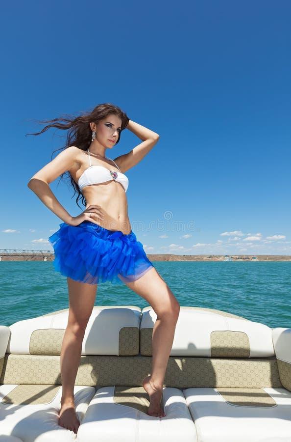 Het aantrekkingskracht mooie meisje op het jacht royalty-vrije stock foto