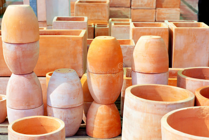 Het aardewerk grote potten van de keramiek voor tuininstallaties stock fotografie