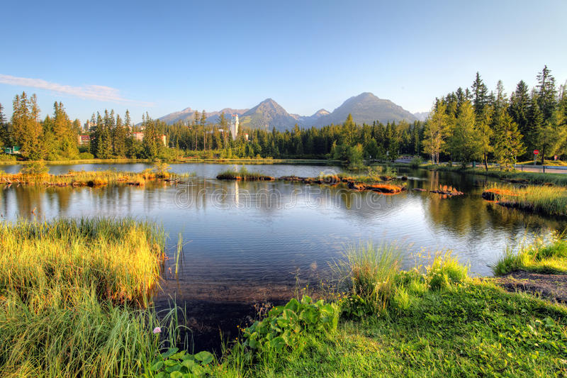 Het aardige meer van Slowakije - Strbske-pleso in Hoge Tatras bij de zomer royalty-vrije stock foto's
