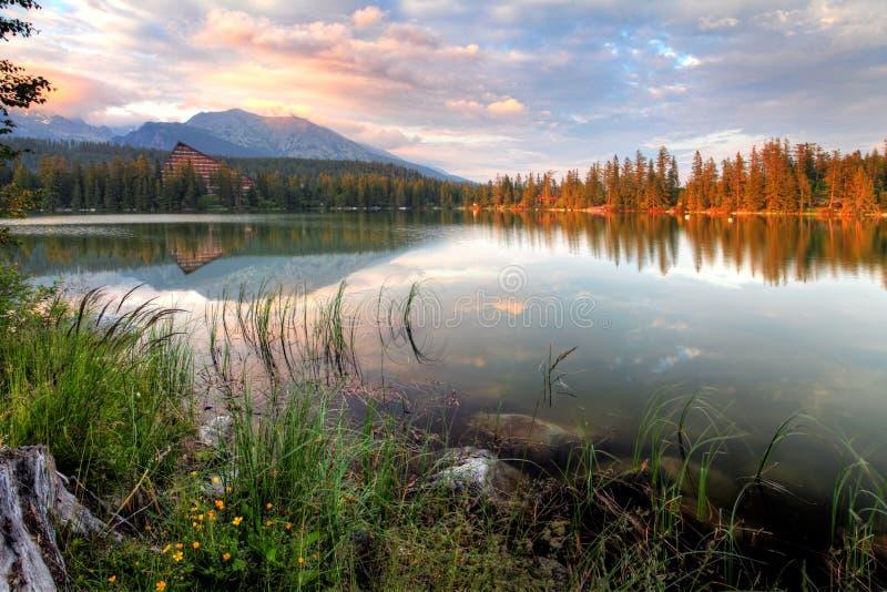 Het aardige meer van Slowakije - Strbske-pleso in Hoge Tatras bij de zomer royalty-vrije stock afbeeldingen