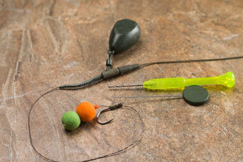 Het aas, haken, zinkloden, ledcor treft voor karper visserij voorbereidingen Exemplaardeeg stock afbeelding