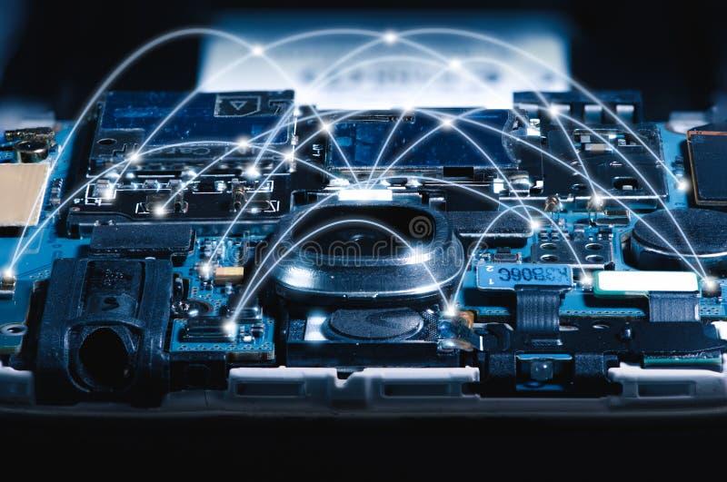 Het abstracte beeld van de motherboard verlichting binnen een smartphonebekleding met voorzien van een netwerklijn stock foto