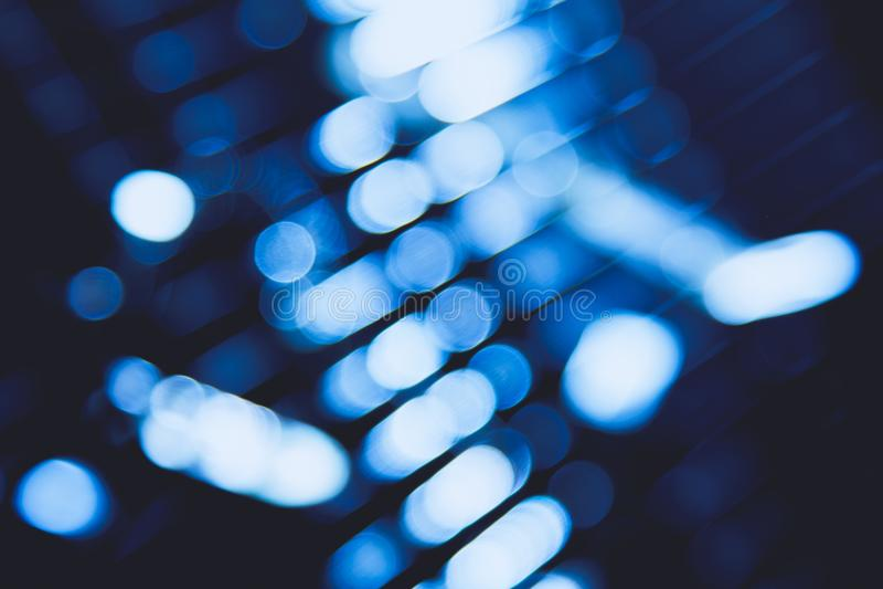 Het abstracte blauwe onduidelijke beeld die van stad de digitale glans van de lensgloed, zonneblinden aansteken steekt achtergron royalty-vrije stock foto