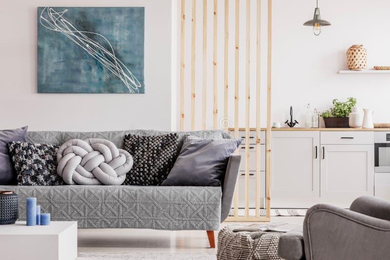 Het abstracte blauwe schilderen op lege witte muur van open planflat royalty-vrije stock afbeelding
