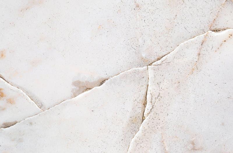 Het abstracte marmeren patroon van de close-upoppervlakte bij de gebarsten marmeren de textuurachtergrond van de steenvloer royalty-vrije stock afbeeldingen