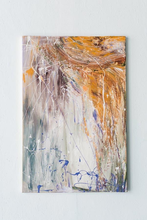 Het abstracte schilderen in heldere kleurenvlekken die op een muur hangen royalty-vrije stock fotografie