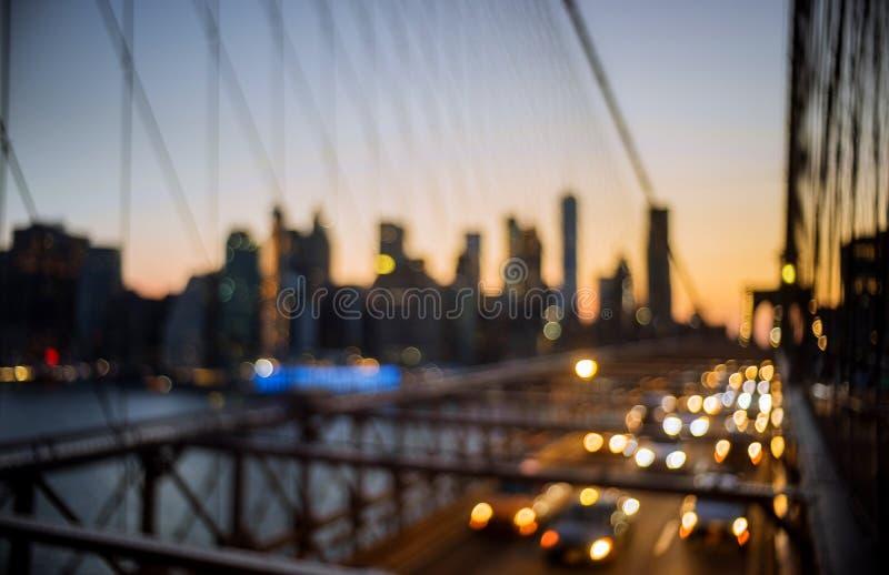 Het abstracte stedelijke nachtlicht bokeh defocused de Brug van Brooklyn bij schemering in New York Citynight royalty-vrije stock foto's