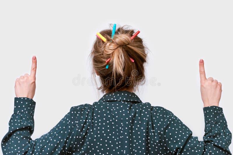 Het achter dichte omhooggaande portret die van de meningsstudio van jonge vrouw met kleurrijke potloden op haar, met wijsvingers  stock afbeeldingen