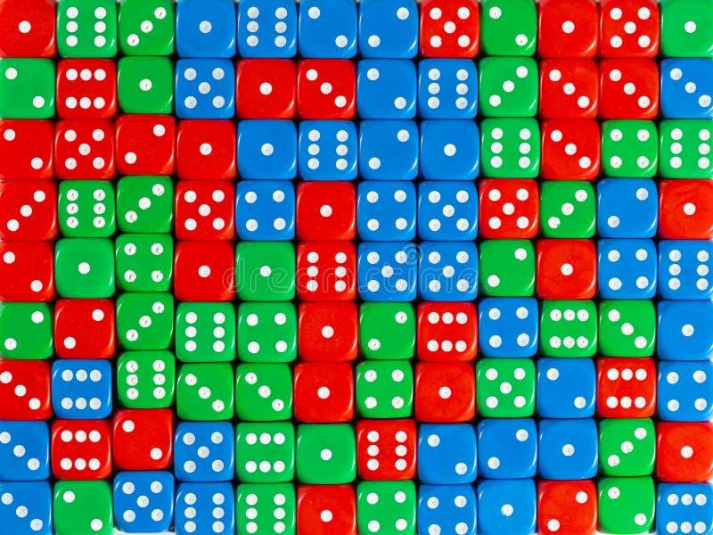 Het achtergrondpatroon van willekeurig bevolen rood, groen en blauw dobbelt stock fotografie