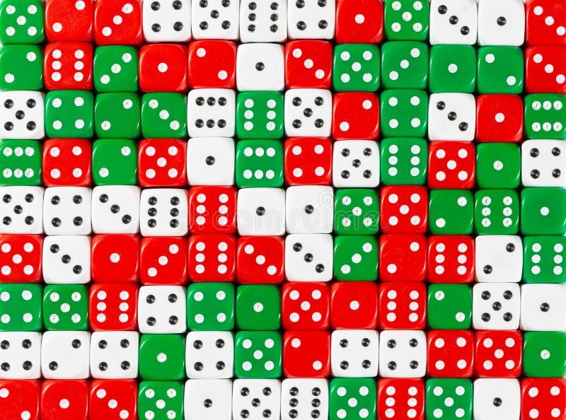 Het achtergrondpatroon van willekeurige bevolen wit, rood en groen dobbelt stock foto's