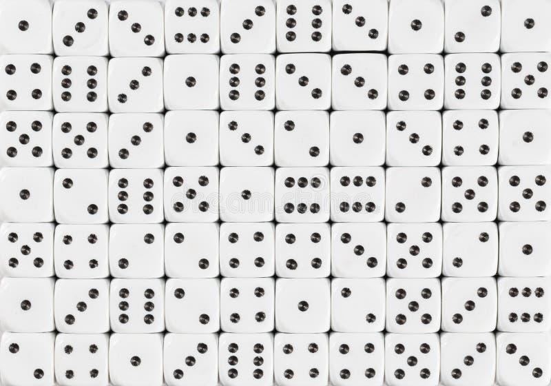 Het achtergrondpatroon van wit 70 dobbelt, bevolen willekeurig stock afbeelding