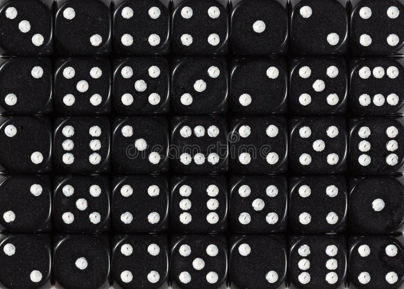 Het achtergrondpatroon van zwarte dobbelt, bevolen willekeurig royalty-vrije stock afbeelding