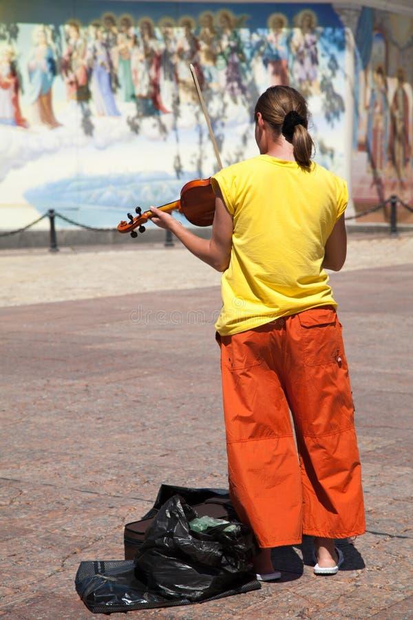 Het achtermenings jonge meisje speelt viool stock afbeeldingen