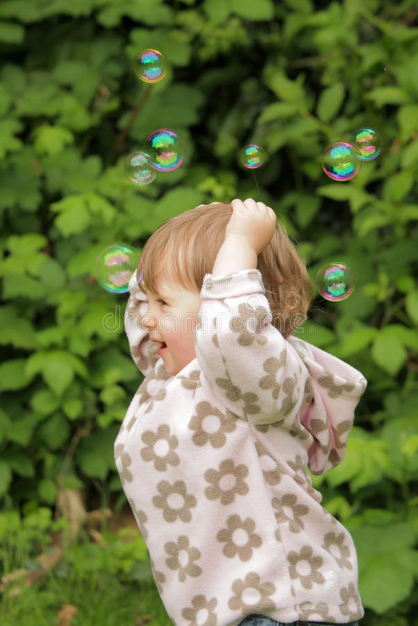 Het achtervolgen van zeepbels royalty-vrije stock fotografie